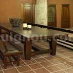 mesas y bancos de madera
