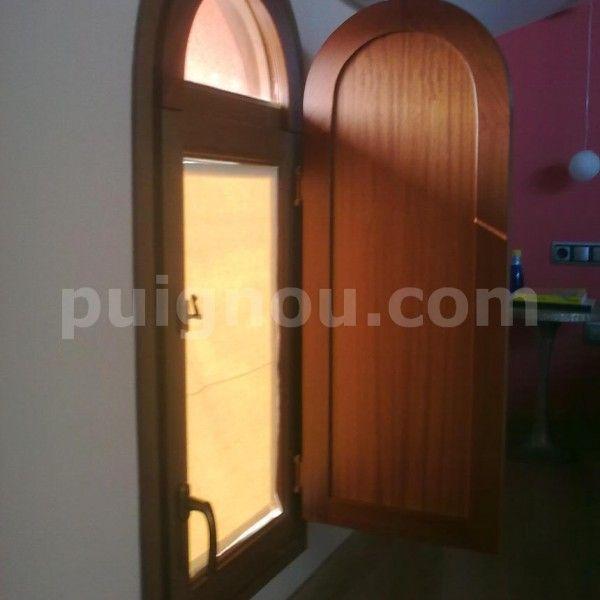 ventana de madera a medida en forma arco abierta