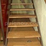 escaleras de madera barnizada