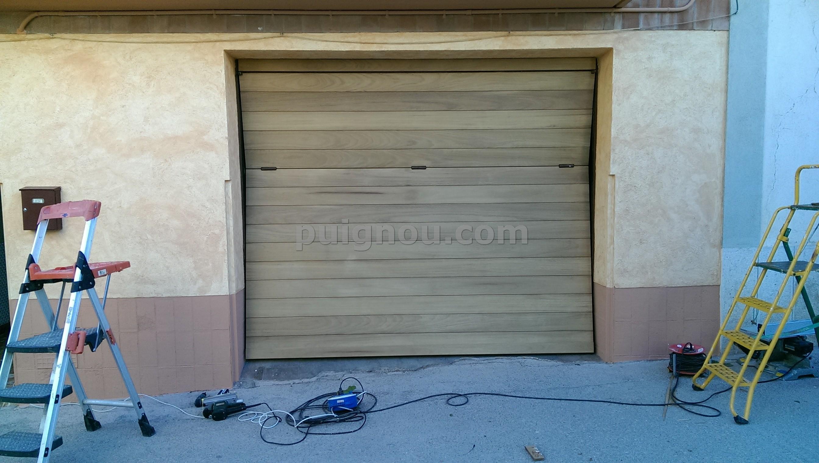 Puignou puigpelatforrar puerta de plancha con madera de for Planchas para forrar banos