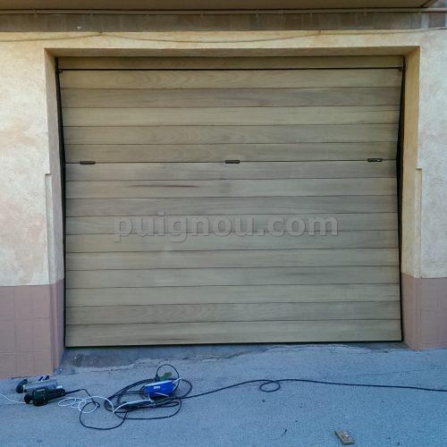 Forrament de porta de planxa amb fusta de teka.