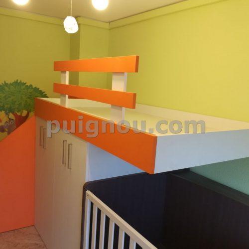 Habitació infantil taronja i blanca.