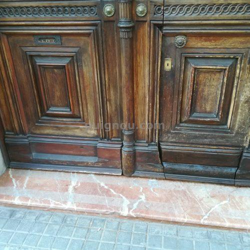 Arreglar porta de carrer i tallar portella a Barcelona.